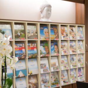 Reisebüro Katalogwand